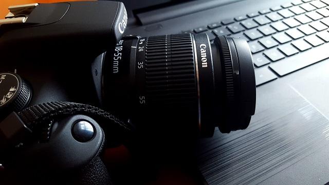 लैपटॉप पर आराम करने वाला कैमरा