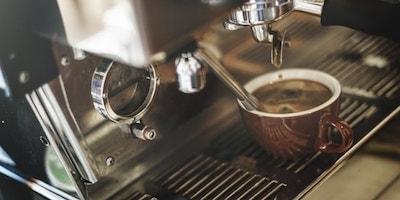 La preparazione del caffè illustra l'idea del contenuto di marketing e-mail