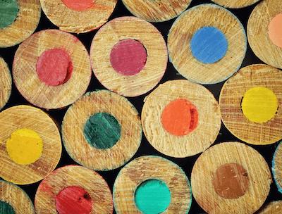 Le matite colorate primo piano rappresentano le combinazioni colori del email