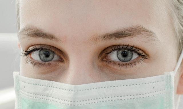 Operatore sanitario in primo piano maschera