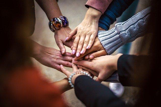 Le mani unite rappresentano la comunità per aumentare il tasso di conversione del Freemium