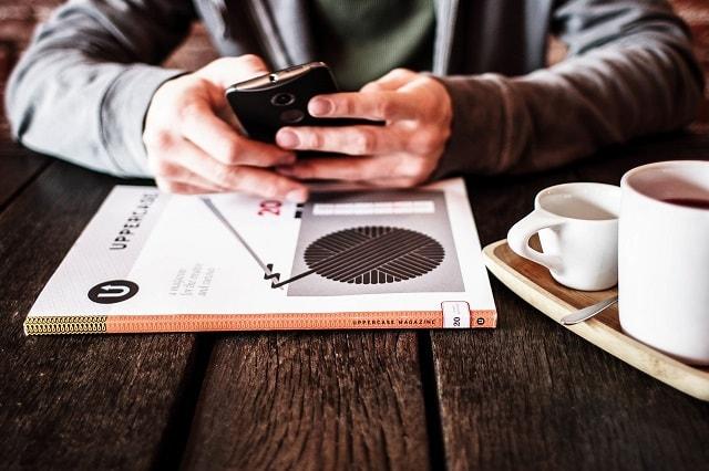 L'uomo allo scrittorio su Smartphone illustra la lista dei contatti del email