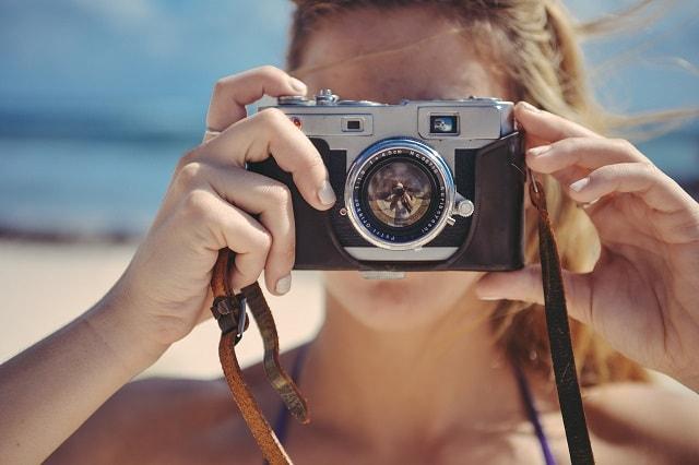 Il fotografo rappresenta l'utilizzo delle immagini per l'email marketing
